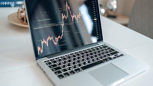 Kostnadsfri bild av bärbar, bärbar dator, bildskärm