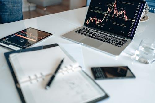 Kostenloses Stock Foto zu bildschirm, charts, computer