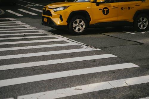 斑馬線上的豪華黃色跨界出租車車