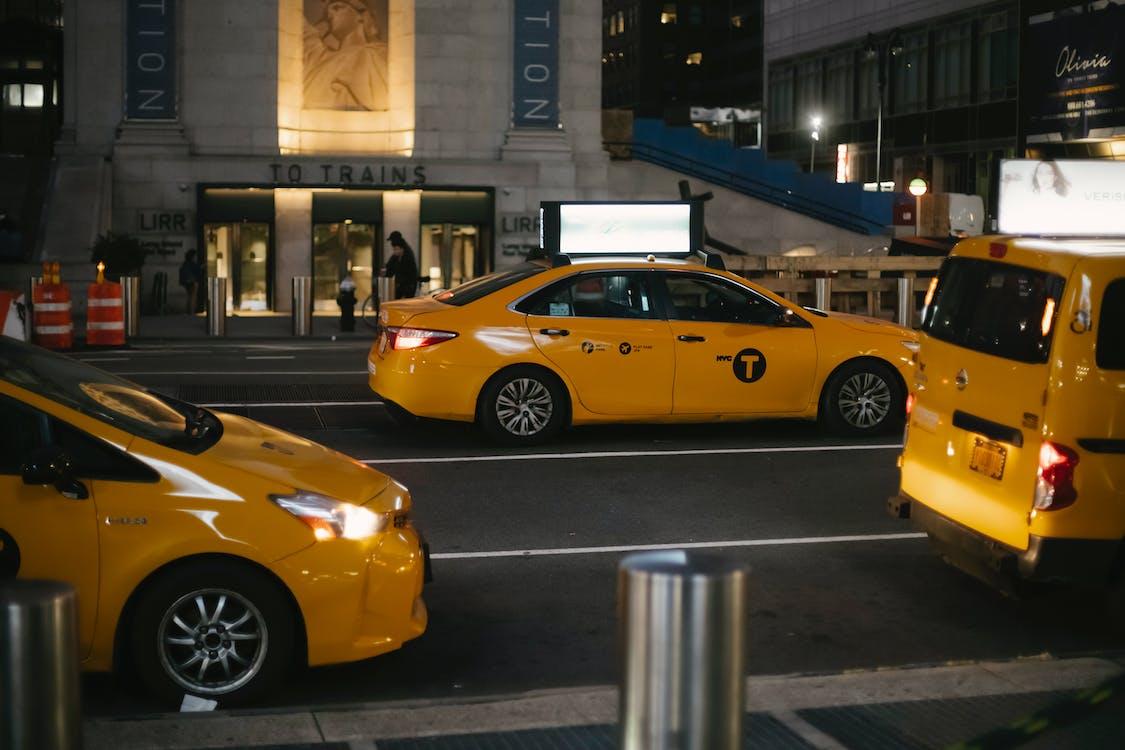 夕方に街の通りに乗るタクシー車