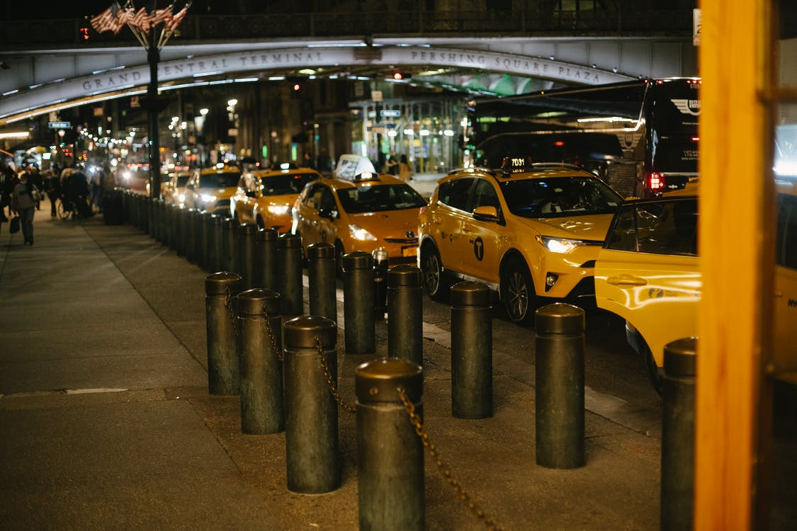 Akşamları Köprünün Yakınında şehrin Sokağına Park Etmiş çeşitli Taksiler