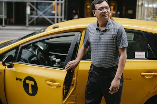 集中出租車司機在街上的出租車