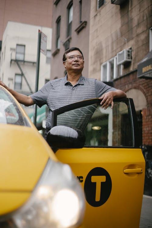 Δωρεάν στοκ φωτογραφιών με casual, αισιόδοξος, άκρη του δρόμου, άνδρας