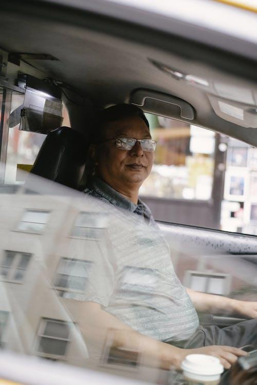 沉思的男人坐在車裡