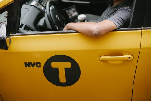 莊稼司機坐在出租車