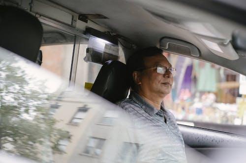 冷靜的民族司機在車裡