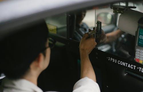 Tanaman Turis Yang Tidak Dapat Dikenali Memberikan Dolar Kepada Pengemudi Taksi