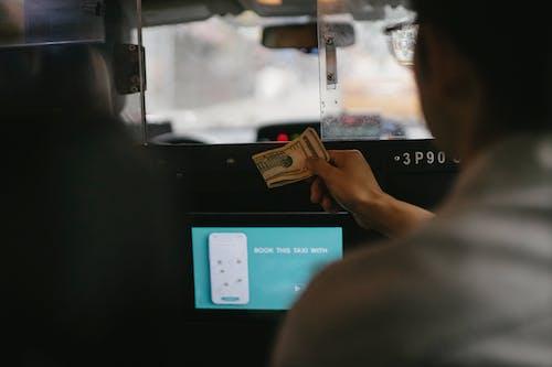 Pangkas Orang Yang Membayar Dengan Dolar Untuk Layanan Taksi