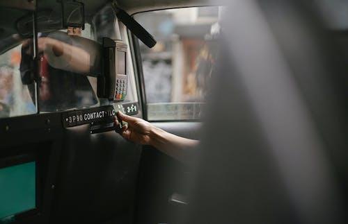 Passagier Die Creditcard Gebruikt Om Een Taxirit Te Betalen