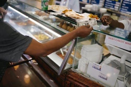 Orang Yang Membayar Uang Untuk Makan Di Kafe