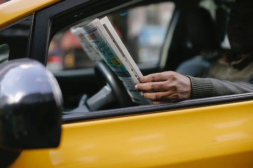 Hombre étnico Leyendo El Periódico En Taxi