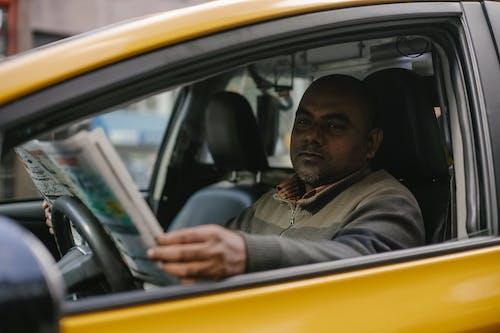 Grave Taxista Masculino étnico Leyendo El Periódico