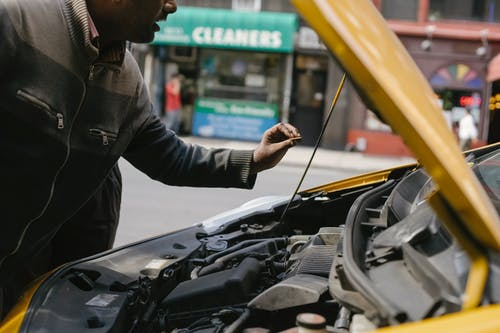 Ethnic mechanic changing detail in car engine