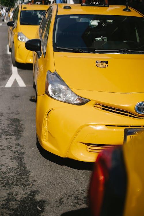 瀝青路面上的多彩豪華出租車汽車