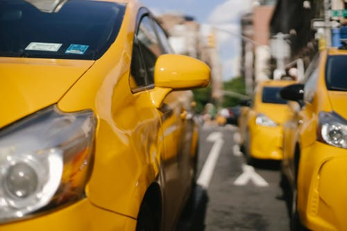 Carros De Táxi Modernos Coloridos Na Estrada Da Cidade