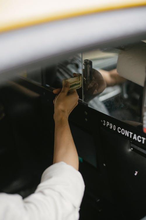 Pangkas Orang Yang Membayar Taksi Di Mobil