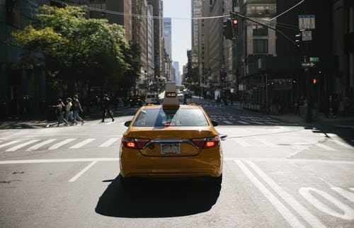 Táxi Amarelo Moderno Na Estrada Da Cidade