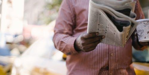 Ernte Ethnischen Mann Mit Zeitung Und Kaffee