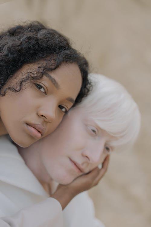 Photos gratuites de affection, afro-américain, albinos