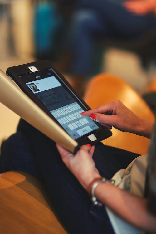 Foto d'estoc gratuïta de dona, escrivint, mans, pantalla tàctil