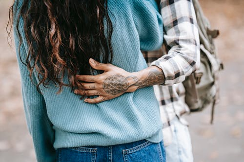 民族紋身的人輕輕擁抱女友