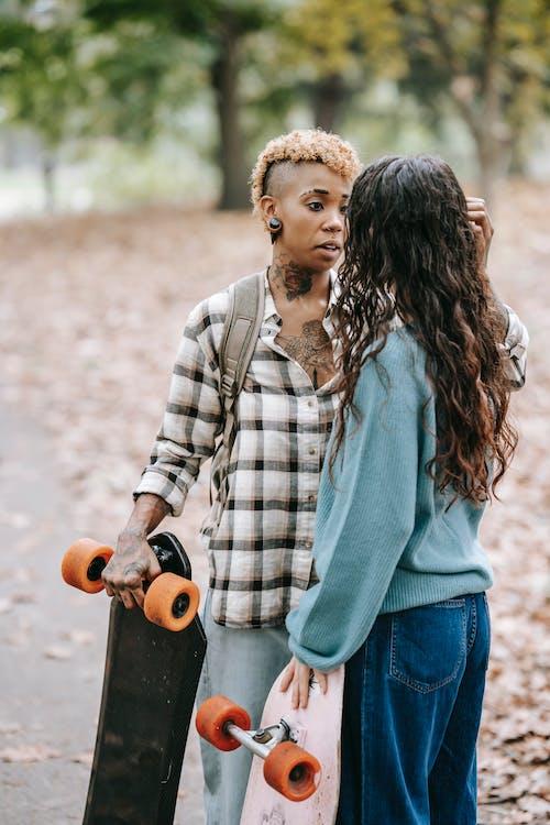 Cuidadosa Mujer Negra Ajustando El Cabello De La Novia