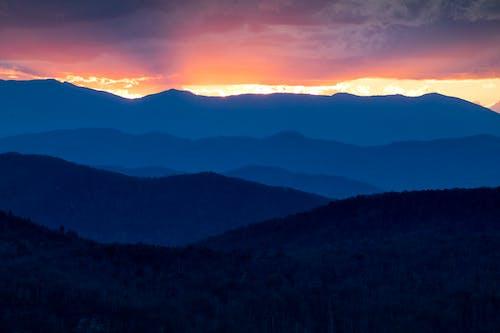 Бесплатное стоковое фото с вечер, вулкан, гора, дерево