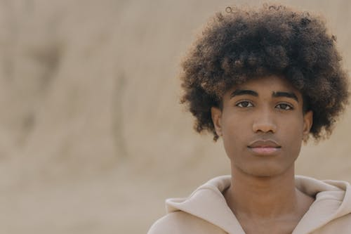 Fotobanka sbezplatnými fotkami na tému afro vlasy, afroúčes, čierny, com ein moos