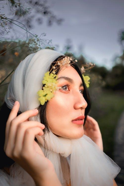Základová fotografie zdarma na téma hezký, holka, kouzlo, kytka