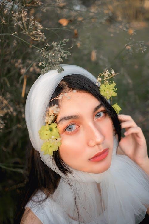 Základová fotografie zdarma na téma hezký, holka, krásný, kytka