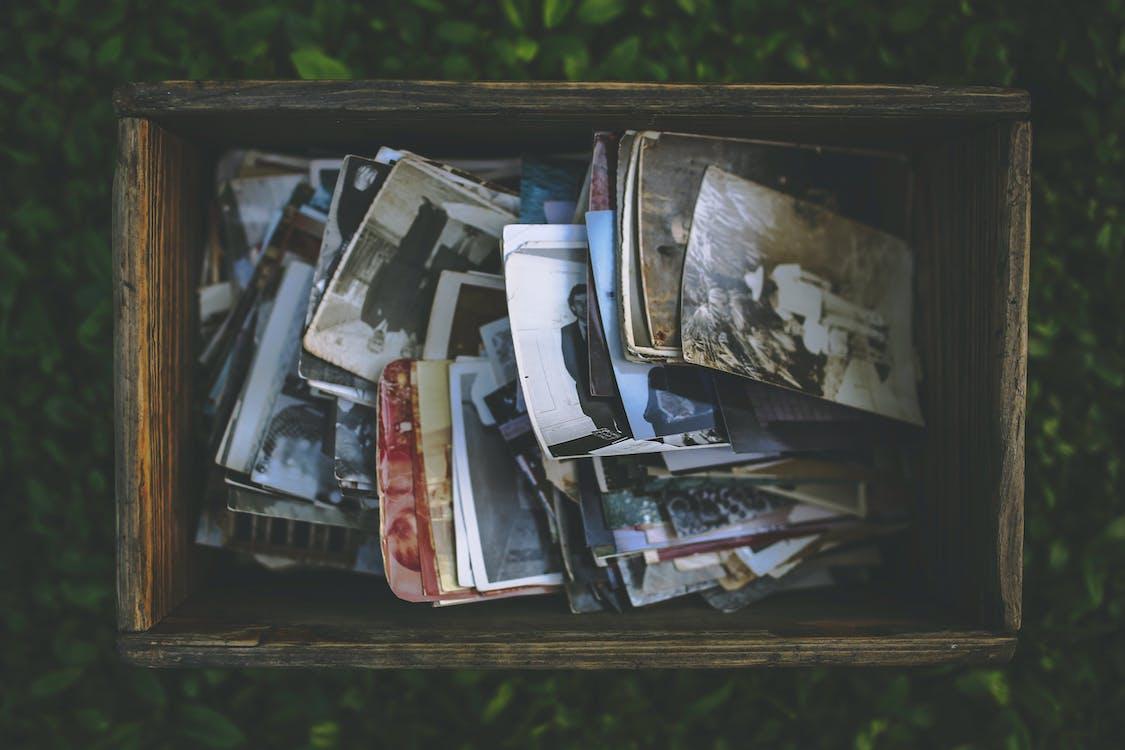 Бесплатное стоковое фото с воспоминания, коробка, люди