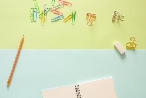Ingyenes stockfotó ceruza, csipeszek, felülnézet, háttér témában
