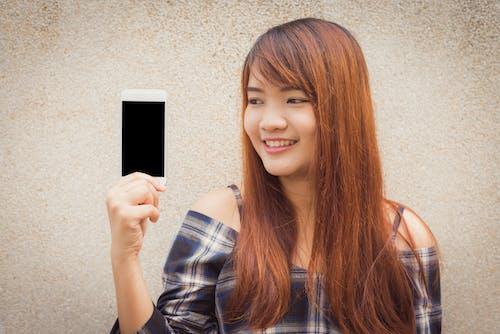 Základová fotografie zdarma na téma asiatka, asijská holka, chytrý telefon, hezký