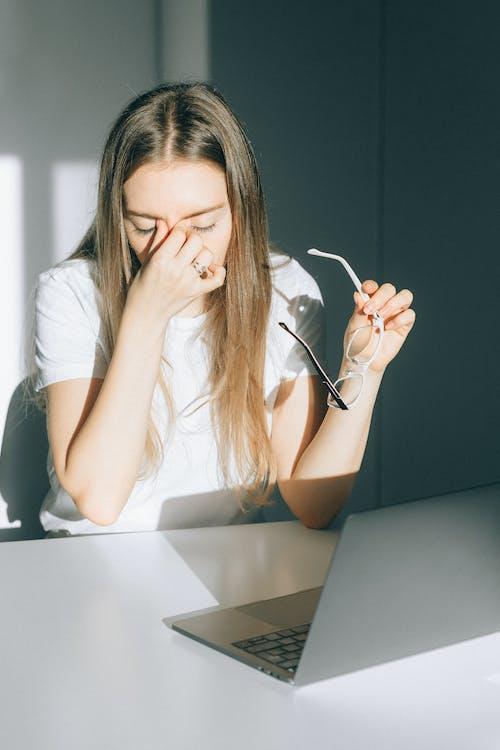baş ağrısı, dikey, dizüstü bilgisayar içeren Ücretsiz stok fotoğraf