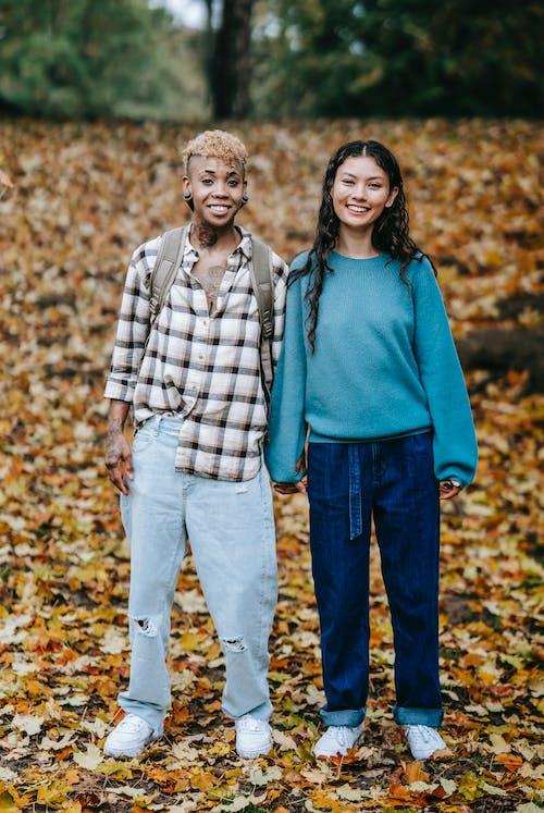 açık hava, afrikalı-amerikalı kadın, ağaç, aşık içeren Ücretsiz stok fotoğraf