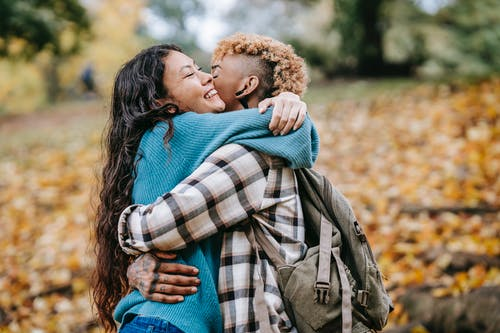 açık hava, afrikalı-amerikalı kadın, ağaç, arka plan bulanık içeren Ücretsiz stok fotoğraf