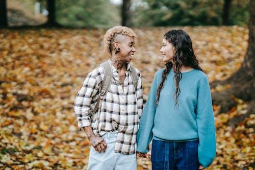açık hava, afrikalı-amerikalı kadın, arka plan bulanık, arkadaşlık içeren Ücretsiz stok fotoğraf