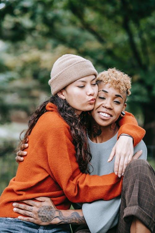 Gratis arkivbilde med afrikansk-amerikansk kvinne, amorøs, amour, asiatisk kvinne