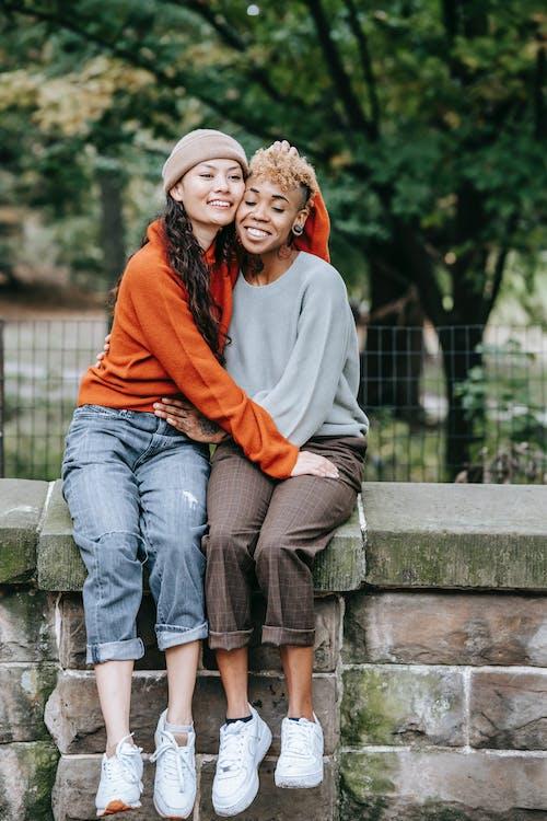 Kostenloses Stock Foto zu afroamerikaner-frau, aussehen, baum, beziehung