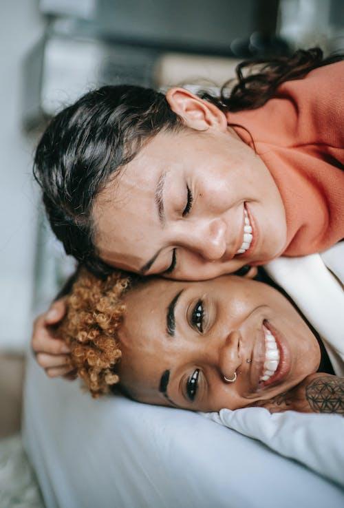 Kostenloses Stock Foto zu afroamerikaner-frau, augen geschlossen, ausruhen, bettdecke