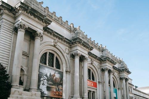 Фасад известного художественного музея с колоннами и скульптурами