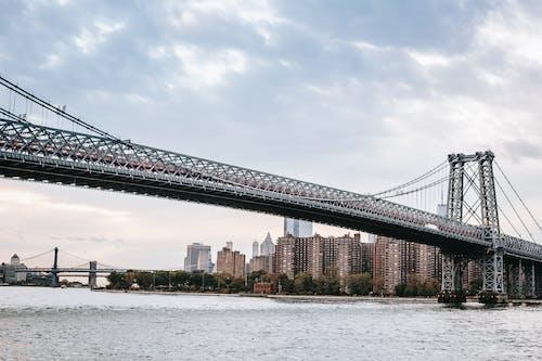 Nowoczesny Most Wiszący W Miejskim Mieście