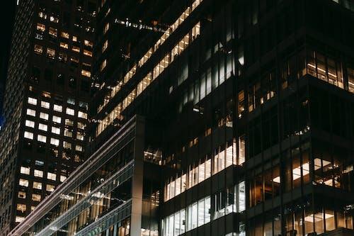 Współczesne Wieżowce Z Jasnymi Elektrycznymi światłami W Nocy