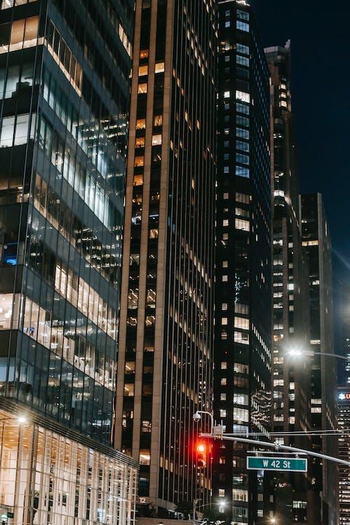 Wieżowce Położone W Rzędzie Na Ruchliwej Ulicy Miasta W Nocy