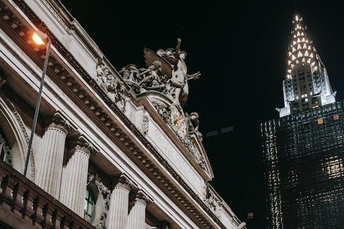 Zabytkowy Kamienny Budynek W Pobliżu Nowoczesnej Szklanej Wieży W Nocy