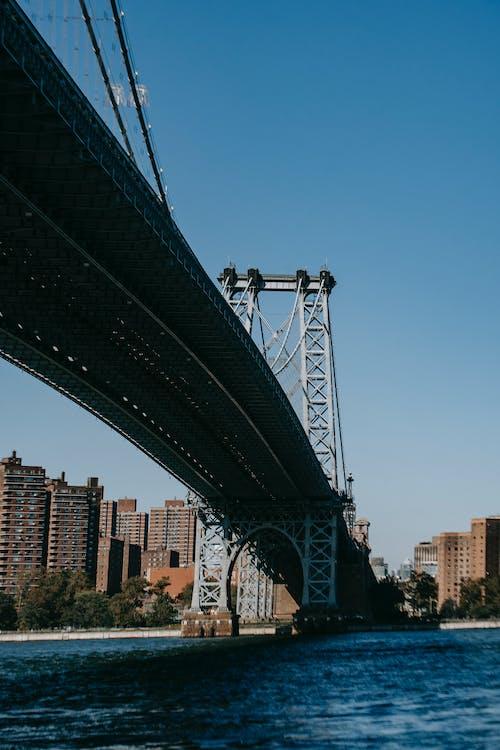 Ponte Sospeso Sul Fiume Blu Increspato