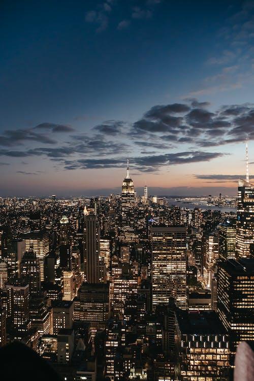 Stadtskyline Unter Blauem Himmel Während Der Nachtzeit