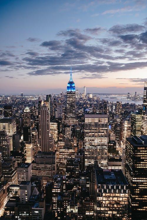 Beleuchtete Wolkenkratzer Von Manhattan Unter Bewölktem Sonnenuntergangshimmel
