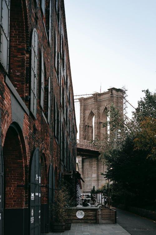 Vecchio Ponte Di Pietra Dietro La Strada Della Città