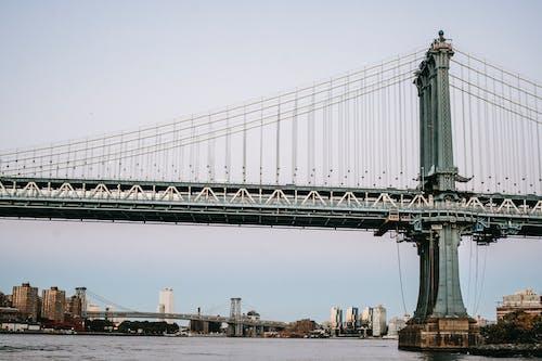 Antiga Ponte Suspensa Sobre Rio Calmo